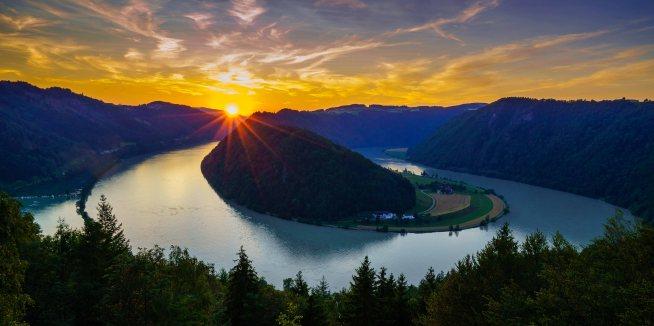 Solnedgang over Schlögen-slynga